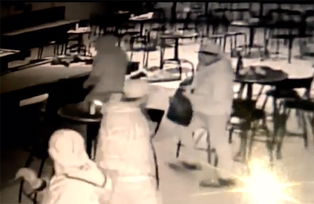 ¡Carambolas! Tres hombres armados asaltan un billar en NL