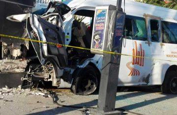 Aparatoso accidente de combi en Atizapán deja tres muertos
