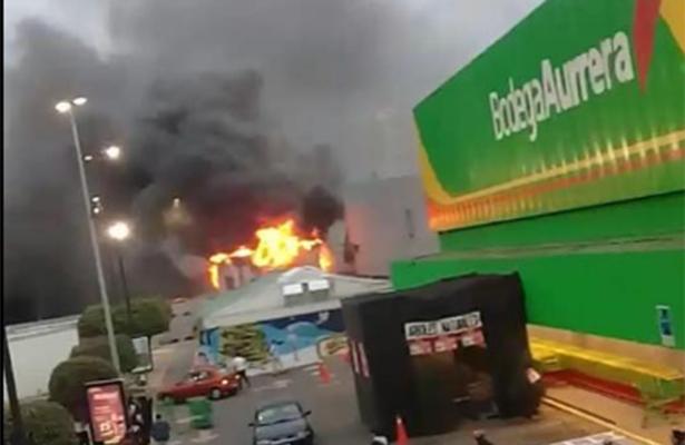 Voraz incendio consume una tienda de juguetes en Naucalpan