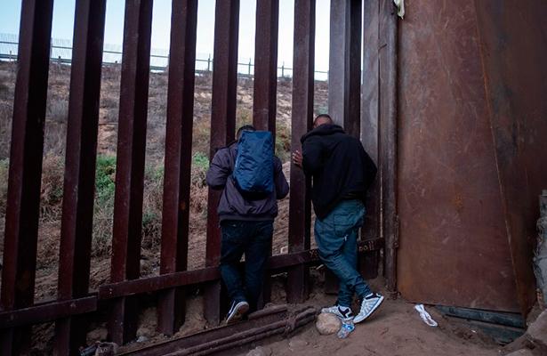 Migrantes desesperados y estancados en Tijuana; ante la imposibilidad de cruzar en masa a EU a pedir asilo