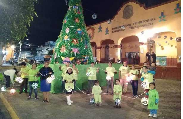 Elaboran en Xochimilco árbol  navideño con botellas de pet