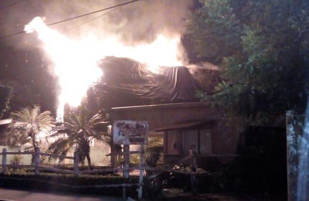 Grupo armado irrumpe y quema un restaurante en Tuxtepec