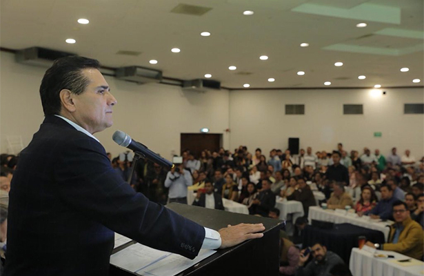 PRD debe refundarse, afirma gobernador de Michoacán