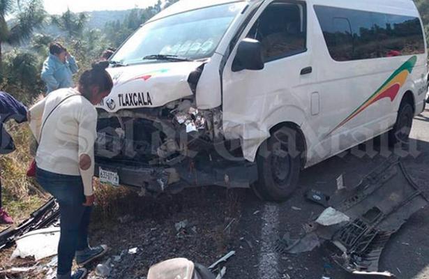 Encontronazo de colectiva y auto deja cinco heridos, en Tlaxcala