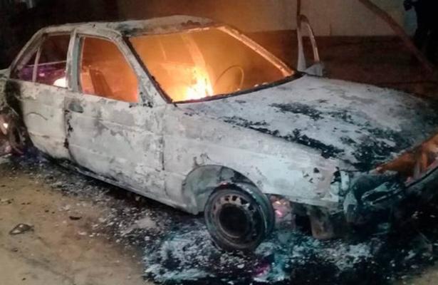 Queman vehículo con un cuerpo adentro en Acapulco (imágenes fuertes)