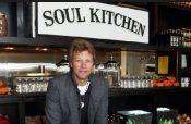 Jon Bon Jovi ofrece comida gratis en su restaurante a empleados del gobierno