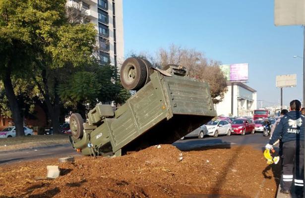 Caos en Periférico y Viaducto Tlalpan por volcadura de un camión de militares