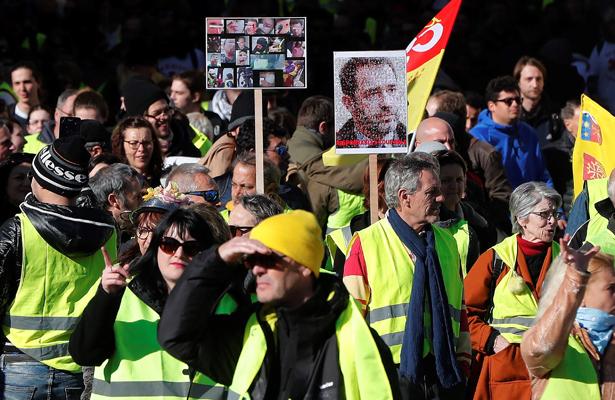Chalecos amarillos se lanzan en el décimo tercer sábado de protesta