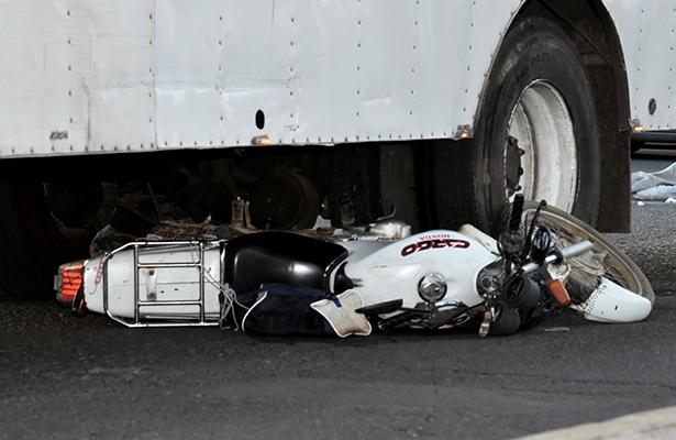 Camión mata motociclista y taxista se infarta a unos metros en Iztapalapa