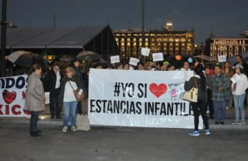 Protestan maestras de estancias infantiles frente a Palacio Nacional