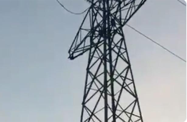 (VIDEO) Grabaron cuando tocó el cable de alta tensión para suicidarse