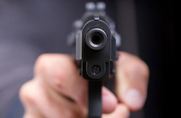 Asesina a su esposa a tiros y escapa