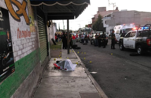 Le llenan el cuerpo de balas mientras caminaba por la calle
