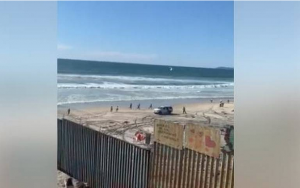 [Video] Registran cruce masivo de migrantes por Playas de Tijuana a EU