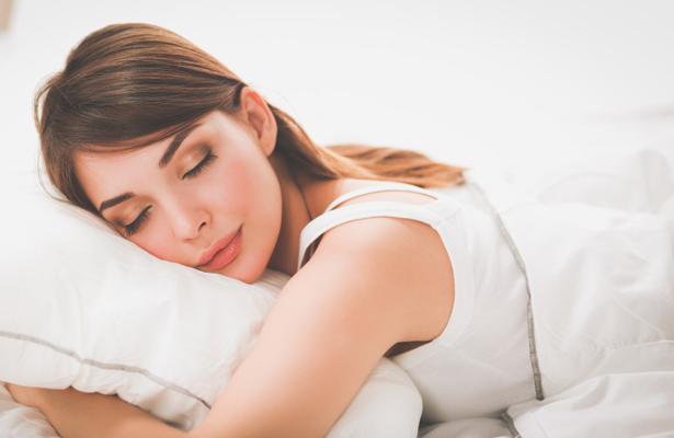 Comer poco antes de dormir ayuda a tener un sueño reparador: especialista