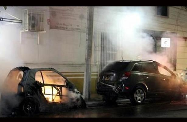 Incendian vehículos en Monterrey