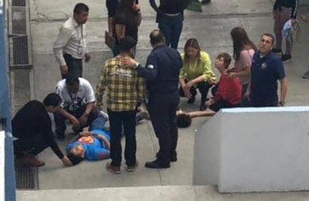 Estudiante se lanza de tercer piso y cae sobre otro, en Monterrey