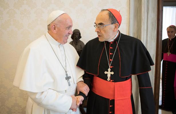 Papa recibe a cardenal francés acusado de encubrir abusos sexuales
