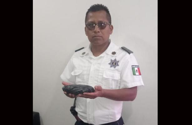 Policía honesto devuelve una bolsa con artículos de oro