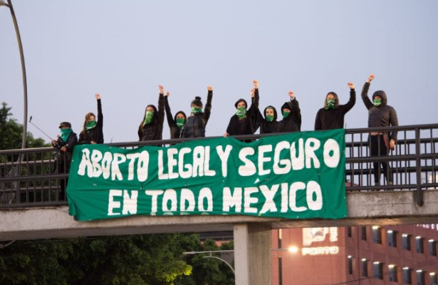 Mujeres se manifiestan para exigir la legalización del aborto en todo el país