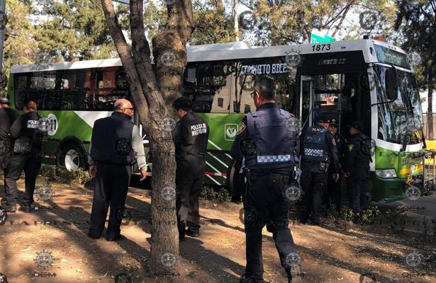 Plomean a dos pasajeros tras asalto a camión sobre Churubusco