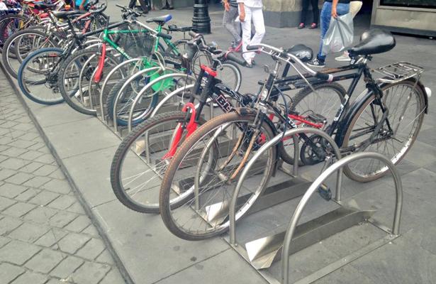 Plantean instalación de bici estacionamientos en centros comerciales