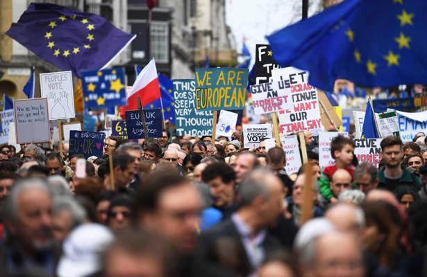 """Cientos de miles se manifiestan por referéndum del """"brexit"""""""