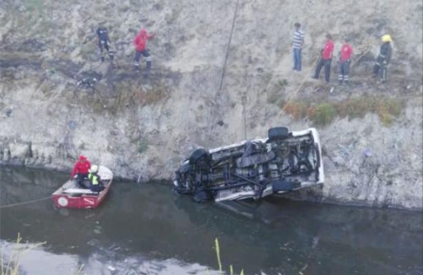 Cae camioneta a canal y muere su conductor en el Edomex