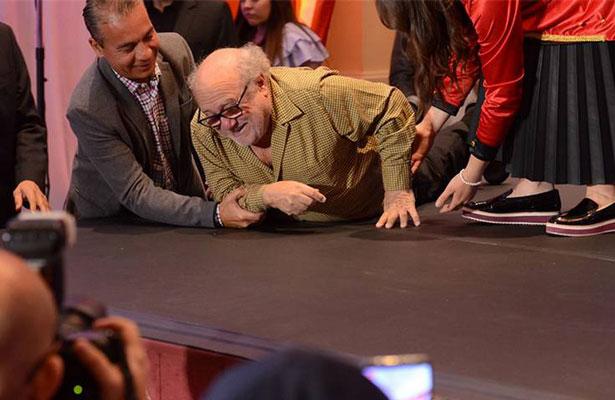 ¡Danny DeVito da un mal paso y cae en la presentación de Dumbo!