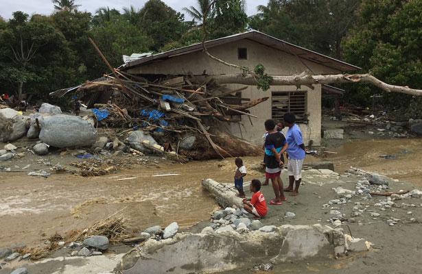 Aumenta a 104 los muertos por inundaciones en Indonesia