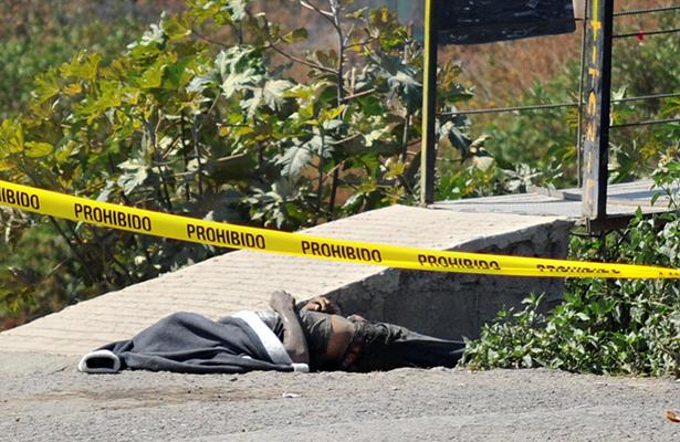Encuentran hombre muerto junto a canal de Valle de Chalco