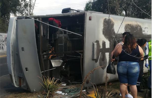 Microbús termina volcado por corretearse, en San Juan de Aragón