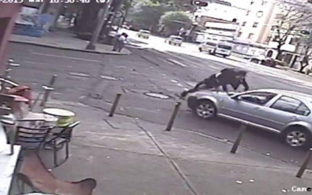 Conductor saca volando a joven en su scooter eléctrico