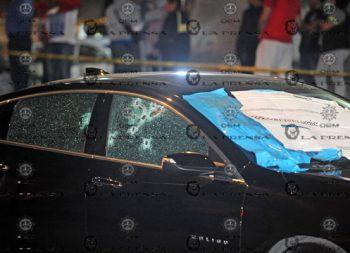 Pistoleros asesinan a mujer a bordo de su auto en Azcapo