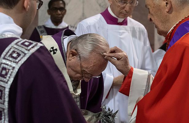 """El papa denuncia """"la cultura de la apariencia"""" en el primer día de Cuaresma"""