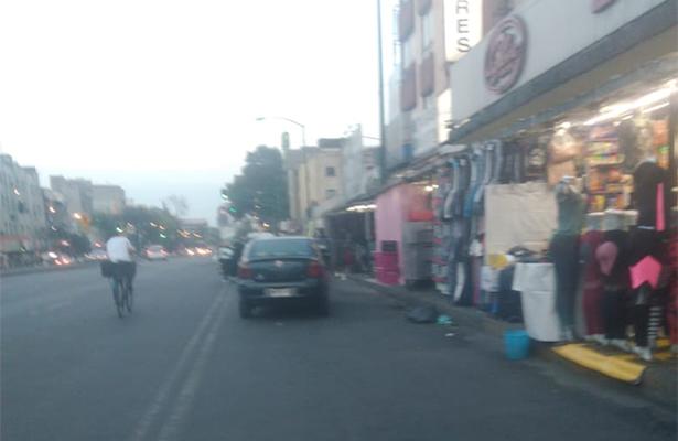 Invaden comerciantes banquetas de bocacalles del corredor de San Cosme para rentarlas como bodegas