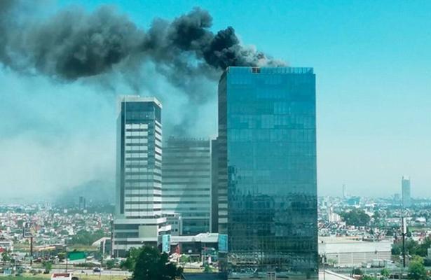 Se incendia Torre Titanium, en Puebla