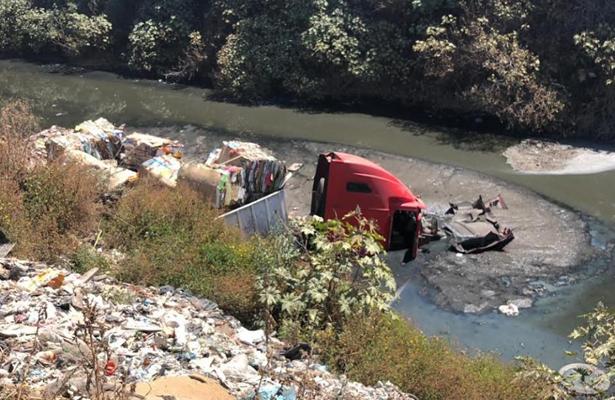 Tráiler acaba en un canal de aguas negras en Ecatepec