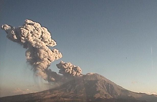 [VIDEO] Registra Popocatépetl explosión con alto contenido de cenizas