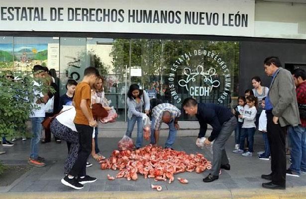 Titular de Derechos Humanos apoya el aborto y grupo opositor protesta en sus puertas y llevan muñecos sangrantes