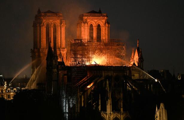 Líderes del mundo reaccionan con tristeza ante incendio en Notre Dame