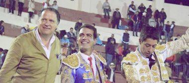 A hombros Arturo Macías y Sergio Flores en Texcoco