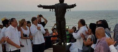 """Acapulco le muestra su """"Amor Eterno"""" a Juan Gabriel con estatua"""