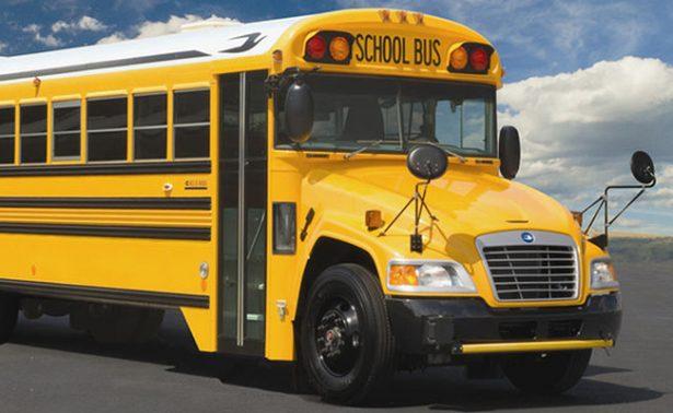 Muere niño al ser olvidado en transporte escolar durante 11 horas