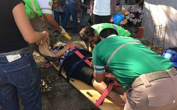 Doble tragedia: enterraban a su difunto pero caen a fosa tras colapso de lápida