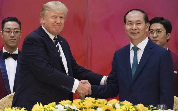 """Trump elogia el """"milagro"""" vietnamita al comienzo de su visita de estado"""
