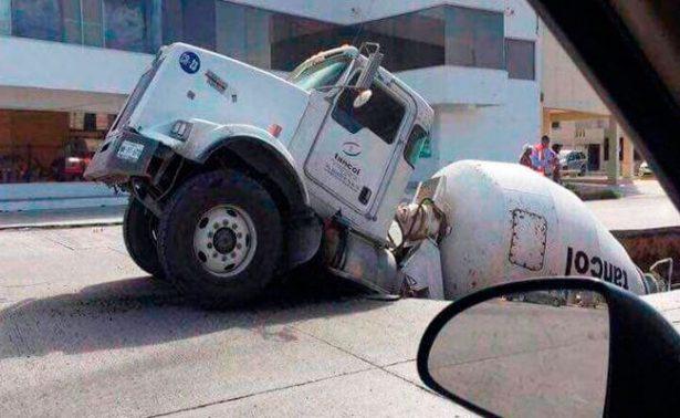 """Socavón """"se traga"""" camión revolvedora"""
