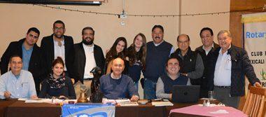 Socios del Club Rotario, presentes en su sesión