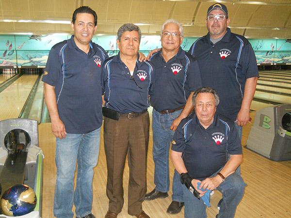 Los Impredecibles ganaron con el juego de 299 de Raúl Avilez (tercero a la derecha).