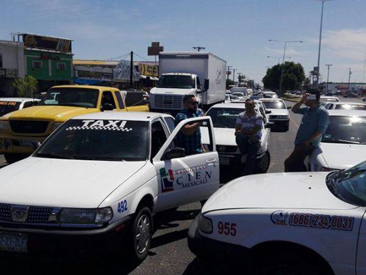 Protestan taxistas y generan caos víal
